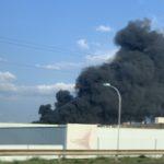 Fumée noire et toxique s'échappant d'une usine de produits chimiques