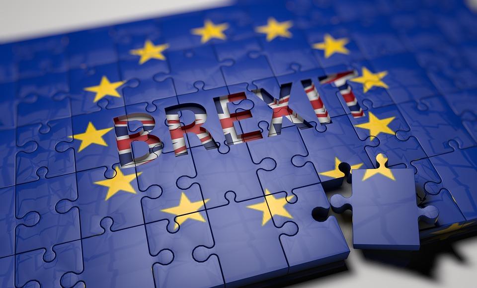 """Drapeau de l'Union Européenne avec """"Brexit"""" écrit dessus"""