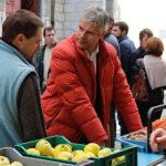 Laurent Wauquiez et sa fameuse parka rouge faisant la promotion des circuits courts et de l'achat local sur un marché d'Auvergne-Rhône-Alpes