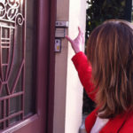 Une témoin de Jéhovah faisant du porte-à-porte