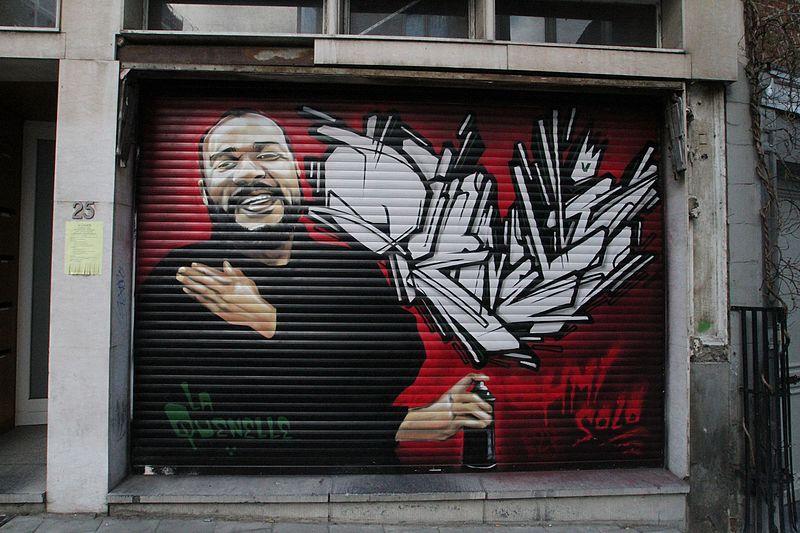 Graffiti représentant Dieudonné faisant le célèbre geste de la quenelle