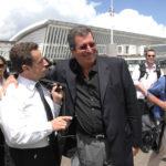 Nicolas Sarkozy et Patrick Balkany s'entrelassant comme deux amis