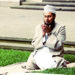 Un fidèle musulman s'adonnant à une provocante prière de rue