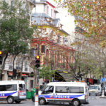 Véhicules de police le 14 novembre devant le Bistrò I (56, boulevard Voltaire), à gauche, qui servit de poste médical avancé à la suite de l'attaque du Bataclan.