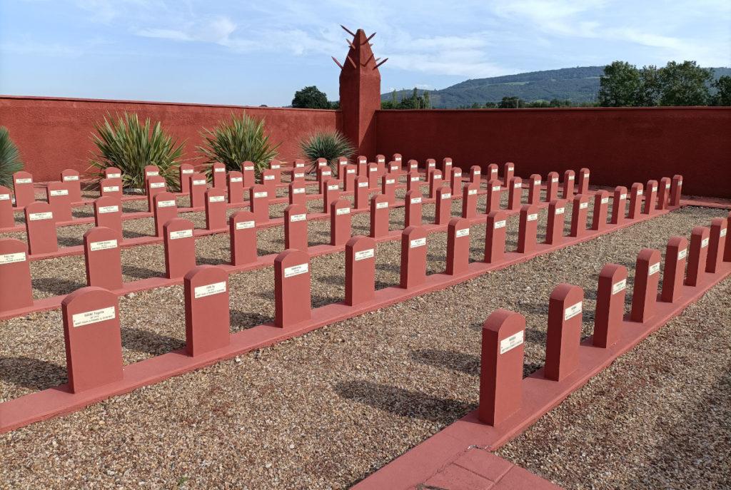 """Le """"tata"""" de Chasselay, cimetière de tirailleurs sénégalais près de Lyon, dans le Rhône"""
